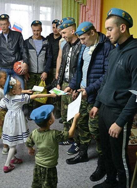 дети дарят рисунки